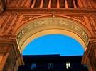 Do galerie vede pět vstupů, její fasády se vyznačují dokonalou symetrií.