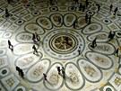 Ve středu galerie je větrná růžice, znázorňující čtyři světové strany, které se