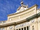 Hlavní vchod do galerie s monumentální půlkruhovou fasádou nese datum vzniku
