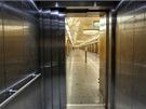 Pohled z kabiny výtahu do prostřední lodě stanice Národní třída
