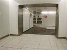 Mezi dvojicemi výtahů je mezilehlá přestupní chodba. Součástí je zrcadlo, aby...