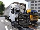 Zdemolovan� kabina kamionu, ve kter� byl po n�razu do domu uv�zn�n� �idi�.