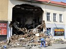 Ve dvoupodla�n� budov� z�stala po n�razu kamionu velk� d�ra, kterou je vid�t