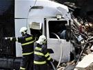 Hasi�i vypro��uj� �idi�e ze zdemolovan� kabiny kamionu, kter� v P�erov�
