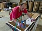 Firma Komes ze Str�n�ic ji� t�m�� dvacet let vyr�b� ekologick� pap�rov� rakve