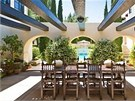 D�m byl postaven� v roce 1926 a navrhl jej americk� architekt Wallace Neff,...