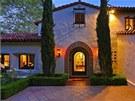 Luxusní sídlo ležící blízko North Roxbury Drive působí velmi elegantně a je...