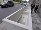 Praha 5 rozmisťuje na chodníky na Smíchově obří betonové kontejnery.