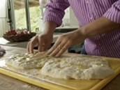 Placky polijte olivovým olejem, prsty ho vmasírujte do těsta.