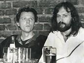 Přátelé literáti: Jan Balabán a Petr Hruška v ostravském klubu Černý pavouk. Oba autoři jsou v antologii zastoupeni.