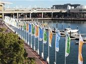 Na vlajkách Microsoft nešetřil. Darling Harbour je jimi doslova lemovaný.