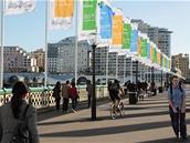 Vlajky Imagine Cupu na slavném otočném mostě Pyrmont Bridge.