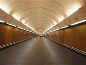 Od eskalátorů vede k prostřední lodi 69 metrů dlouhá přístupová chodba