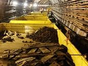 V prvním vozíku měli dělníci připravené podložky pod podkladnice, podkladnice,...