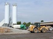 Betonárna zajišťující materiál na opravu ruzyňské dráhy. Fungují tu dvě