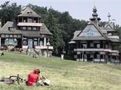 PUSTEVNY. Na jejich vrcholu stojí dřevěné stavby od Dušana Jurkoviče.