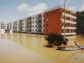 Povodně v Otrokovicích v roce 1997. Laguna mezi činžovními domy.
