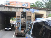 Náklaďák vezoucí pracovní stroj uvízl ráno na přerovské výpadovce na Olomouc a