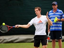 PŘÍSNÝ DOHLED. Ivan Lendl sleduje svého svěřence Andy Murrayho při tréninku