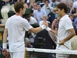 BYLS PROSTĚ LEPŠÍ. Poražený Andy Murray podává po zápase ruku Rogeru Federerovi.