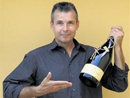 Vladim�r Ra�ka s lahv� v�na, na kter� je ocen�n� etiketa.