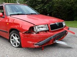 Auto narazilo v Nové Pace přímo do plotu požární stanice. (2. 7. 2012)
