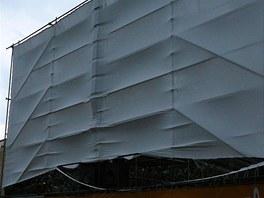Silný vítr roztrhal plátno pardubického letního kina (6. 7. 2012)