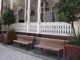 Lavička Diva si rozumí i s architekturou tradičních lázní.