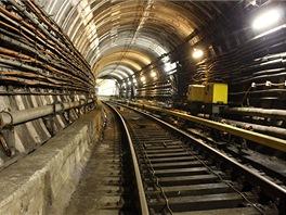 Tunel z Nám. Míru do stanice Muzeum. V kolejišti je pár vodičů vlakového...