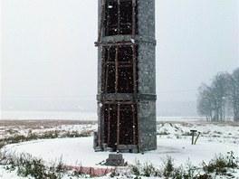 Stabilním srdcem domu je centrální schodiště s komínem, které slouží i jako