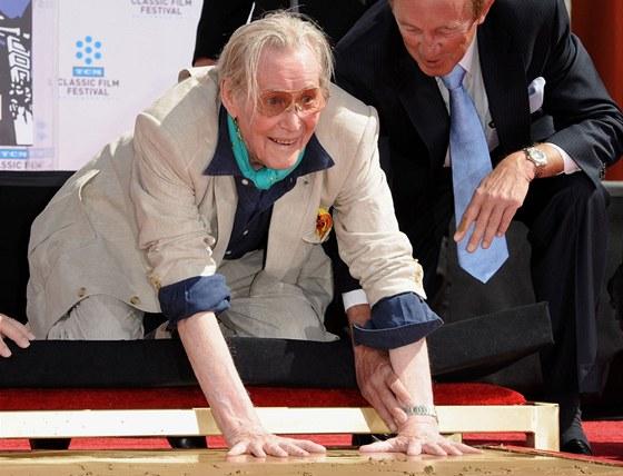 Herec Peter O'Toole otiskuje své ruce do hollywoodského chodníku slávy (2011)