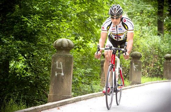 Jezdí bez protézy a i při chůzi dává Michal Stark přednost berlím.