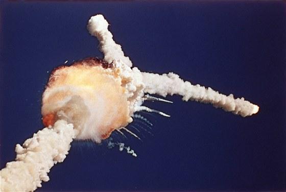 Tragická havárie raketoplánu Challenger krátce po startu z Kennedyho vesmírného