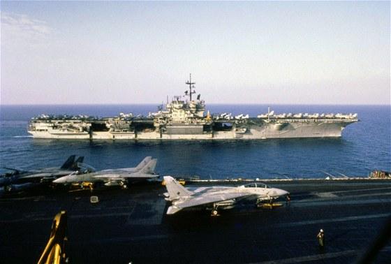 Americk� letadlov� lod� USS John F. Kennedy a USS Saratoga