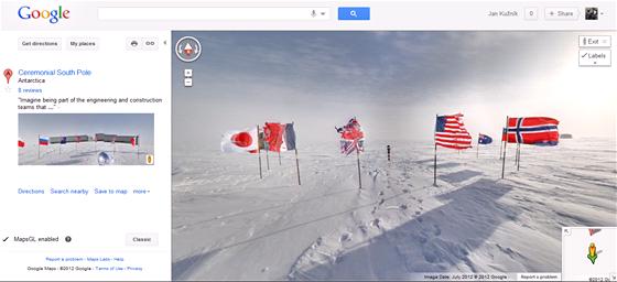 Jižní pól na StreetView. Místo, kde se slavnostně vztyčují vlajky po dosažení