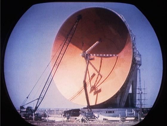 Ohromné antény pro příjem vysílání z družice. Protože družice měla malý výkon,
