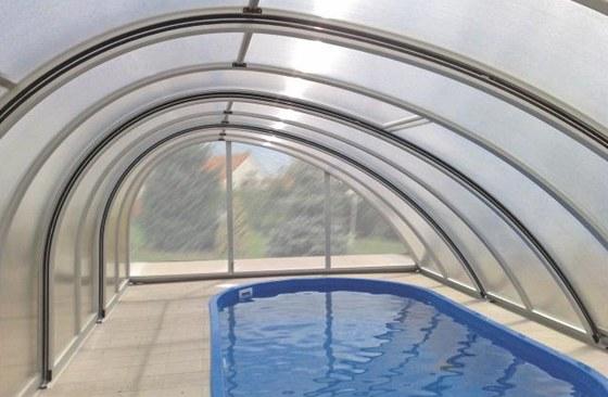 Posuvné zastřešení se nemusí omezit jen na plochu bazénu.
