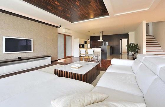 Společná obývací část je vybavena velkou koženou sedací soupravou, stěny s