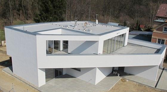 Atypická forma s šikmou osou domu si vyžádala použít pouze jednoduché