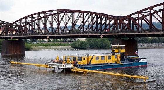 Po Vltavě pluje vyměřovací loď Valentýna II. Pomocí sonaru měří dno řeky (12.