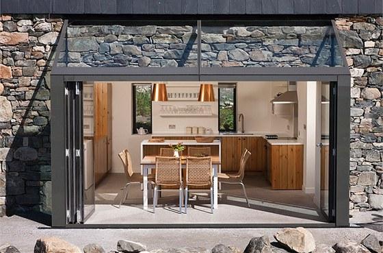 Francouzsk�mi okny lze z obytn� kuchyn� vyj�t na terasu domu s v�hledem na