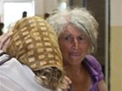 Barbora Kupkov� si kryla obli�ej ��tkem a br�lemi, ut�kala p�ed fotografy a