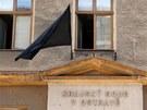 Nad vchody do ostravského krajského soudu vlají černé prapory.