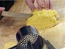 Z těsta odkrojte přiměřenou část, která se vejde do formy.