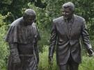 Sousoší Ronalda Reagana a papeže Jana Pavla II. v gdaňském parku