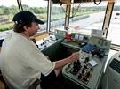 Po Vltavě pluje vyměřovací loď Valentýna II. Pomocí sonaru měří dno řeky (12....