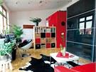 Loftov� byt v Praze 7. Modern� interi�r s decentn�m dotykem �erven� barvy v