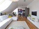V prvním podlaží je obývací pokoj s jídelnou a kuchyňským koutem.