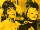 Květa Fialová a Olga Schoberová coby Tornádo Lou a Winnifred ve filmu...