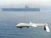 Americk� bezpilotn� letoun Pradator prol�t� nad letadlovou lod� USS Carl Vinson.